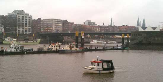 """Sportboot """"MARY"""" am SBU-Anleger/ Bgm-Smidt-Anleger während der praktischen Ausbildung"""